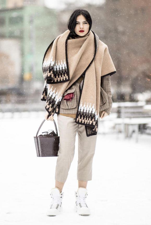 Cómo vestir bien cuando hace frío: poncho