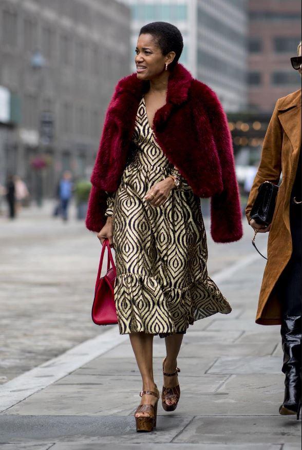 Cómo vestir bien cuando hace frío: abrigos de pelo