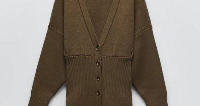 Zara tiene la chaqueta/vestido de punto que mejor sienta a las mujeres bajitas